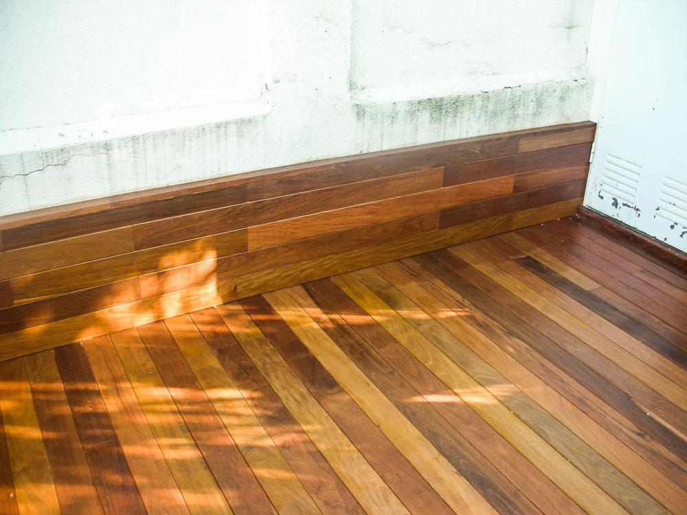 Tarima de madera en bancos escaleras jardineras tarima for Tarima de madera exterior