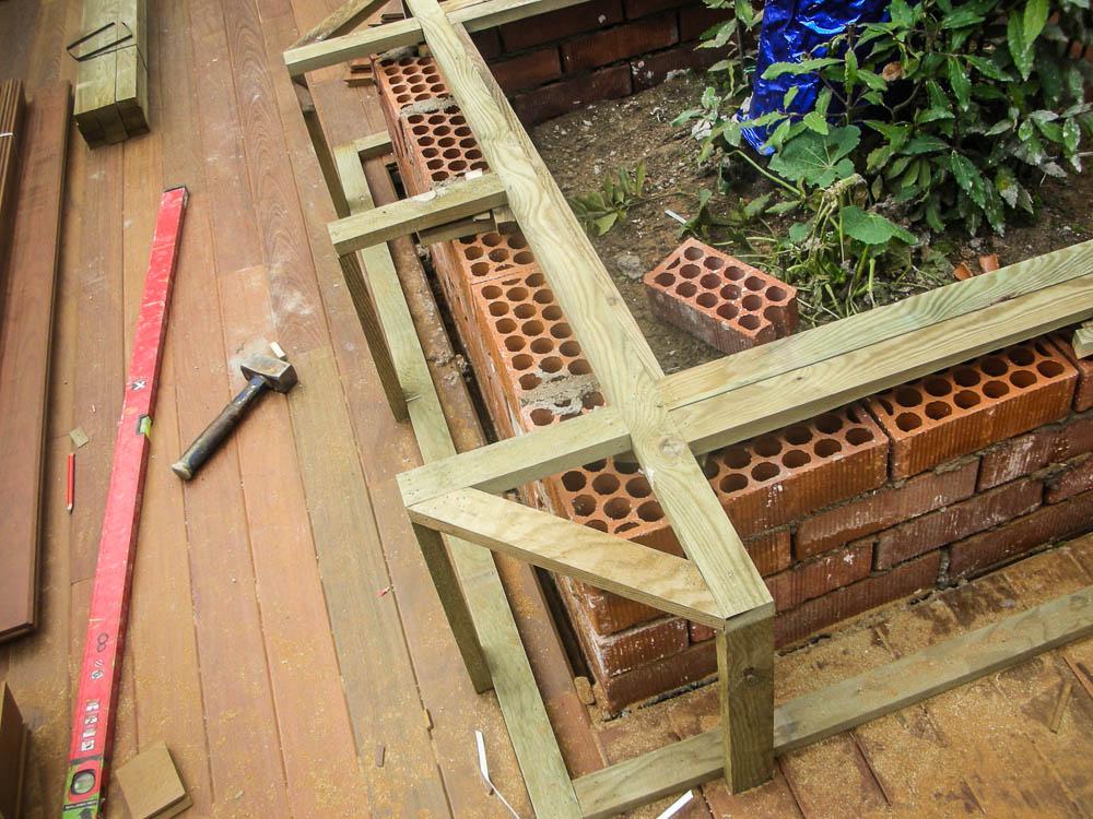 Tarima de madera en bancos escaleras jardineras tarima - Jardineras de exterior ...