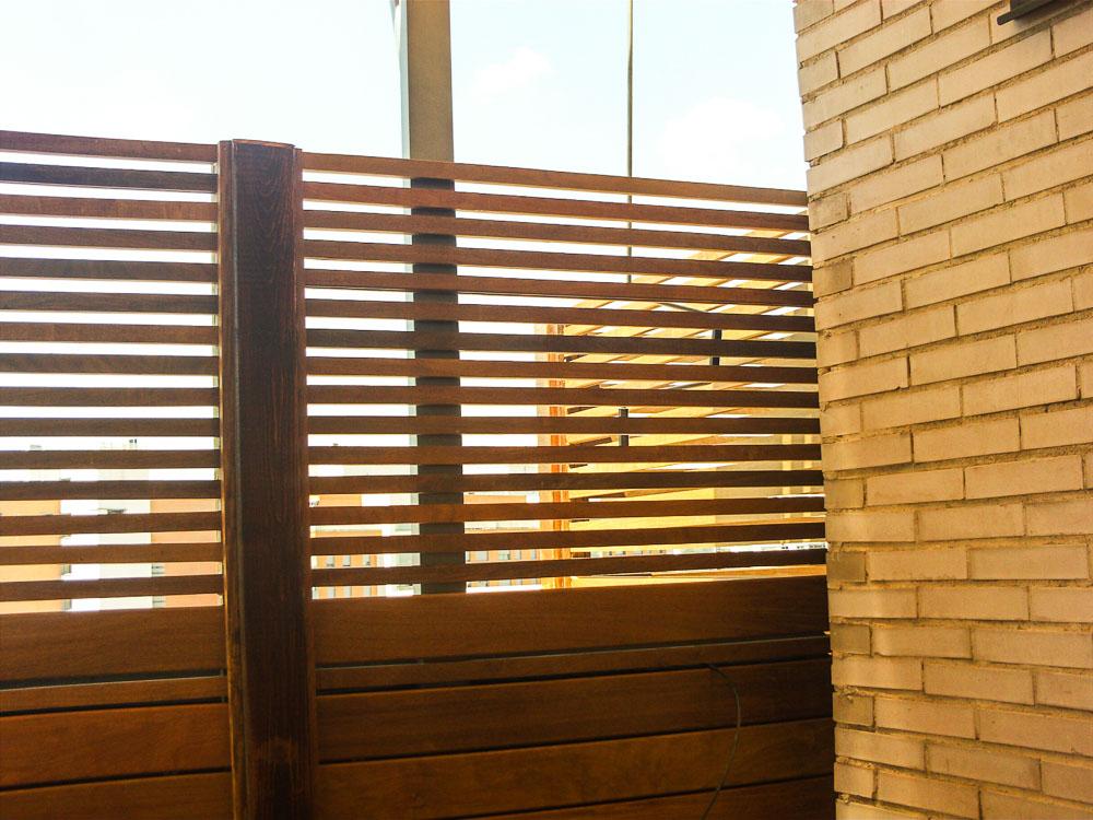 Tarima de madera en vallas tarima de exterior tarima for Vallas madera para jardin